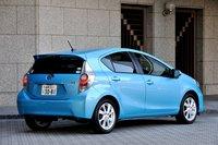 Задняя часть Aqua не похожа ни на одну из предыдущих моделей Toyota. Сужающаяся к заду кабина какбы противопоставляется массивным дутым колесным аркам. Задние углы кузова имеют обтекаемую форму для улучшения аэродинамики. Комбинированные стоп-сигналы также оснащены турбулизаторами потока.