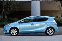 Aqua сохранила клинообразный силуэт Prius. Для того, чтобы предоставить сидящим сзади пассажирам больше пространства, заднюю часть крыши удлинили. Коэффициент аэродинамического сопротивления равен 0,28. Стойку треугольного окошка передней двери сузили для улучшения обзорности (нафото она спрятана забоковым зеркалом). Минимальный радиус поворота составляет 4,8м, авпредставленной нафотографии версии с16-дюймовыми колесами — 5,7м.