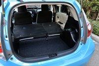 По объему багажного отделения Aqua не уступает другим автомобилям в своем классе. Сидения складываются в пропорции 6:4. Они не образуют плоскую поверхность с полом багажника, но, тем не менее, обеспечивают довольно широкое пространство. Удивился, увидев под днищем багажника запасное колесо вместо аккумулятора.