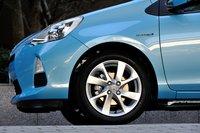 Колеса 195/50R16 с алюминиевыми дисками, изображенные на фото, можно заказать опционально. Стандартно версии G и S оснащены колесами 175/65R15 с алюминиевыми дисками. Спереди установлена подвеска настойках, сзади — торсионная.