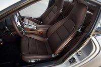 Классическая форма сидений Porsche по-прежнему актуальна. Коричневая кожа напоминает водителю об опустевшем в результате покупки бумажнике.