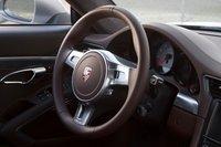 Руль Porsche имеет классическую круглую форму, и на нем нет кнопок управления круиз-контролем и аудио системой.