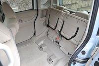 Задние сидения в поднятом состоянии. Их можно складывать и в обратную сторону: таким образом, чтобы спинки сидений и пол багажника образовывали ровную поверхность. Сидения складываются в пропорции 5:5.