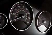 Белые на черном датчики на инструментальной панели — смелое и эффективное решение. И снова у BMW.
