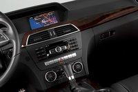 Избавит ли Mercedes когда-нибудь интерьеры своих машин от этих «телефонных» цифр на панели? Очень хотелось бы.