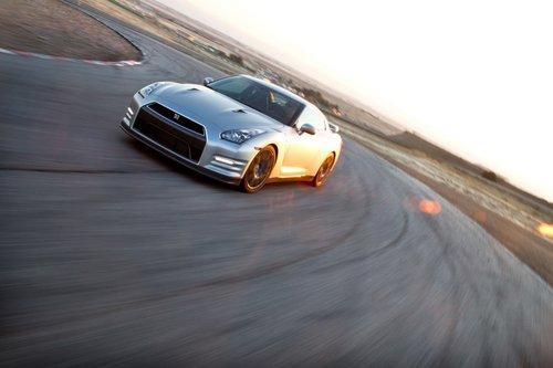 GT-R 2013 получил прибавку в15л.с., слегка перенастроенную подвеску, усиленный кузов и кое-что впопытках сделать работу трансмиссии нетакой шумной.