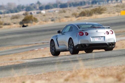 Когда автомобиль может оторвать от земли переднее внутреннее колесо без помощи кочки, это означает, что у него жесткая подвеска.