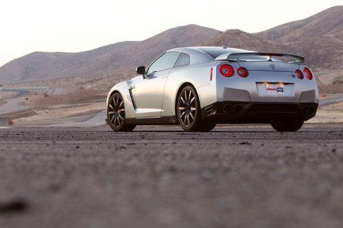 Nissan GT-R — автомобиль сбольшими способностями, готовый к выступлению натреке влюбой момент, и при этом вполне пригодный для обычных дорог общего пользования.