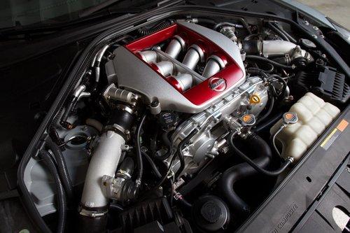 Повышение эффективности работы системы впуска дало 15 дополнительных л.с. и 20Нм крутящего момента от 3,8-литрового V6 с двумя турбинами. В итоге в распоряжении GT-R  545 «лошадей» и 628 Нм.