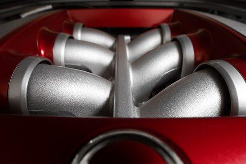 Двигатель для GT-R собирают вручную вспециальной стерильной комнате. Он такой красивый.