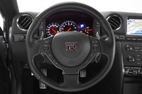 Руль у GT-R быстрый и точный, информация от передних колес передается точно на руки водителя через трехспицевый руль.