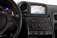 У GT-R есть вполне ожидаемые вещи, вроде стандартной системы навигации, Bluetooth, круиз-контроля, CD-проигрывателя и разъема для USB.