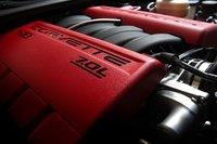 Двигатель Z06 ссухим картером собирается вручную и оснащается кованым стальным коленвалом, титановыми впускными клапанами и титановыми шатунами.