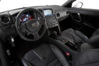 Интерьер GT-R более современен, спортивен и предлагает более качественные отделочные материалы.