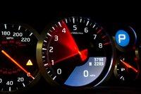 Мотор GT-R раскручивается невероятно быстро. Врежиме ручного переключения скоростей напервой и второй передачах нужно внимательно следить запоказаниями тахометра, поскольку запросто можно упереться вотсечку.