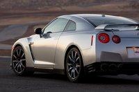 Колеса у GT-R поменьше, чем у Z06, особенно это касается задней оси — 285 вширину у GT-R против 335 уZ06.