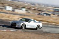 Для столь тяжелого автомобиля (1765кг) Nissan GT-R ощущается удивительно легким. Полный привод обеспечивает уверенное прохождение даже очень сложных поворотов, неговоря уже опрямых участках.