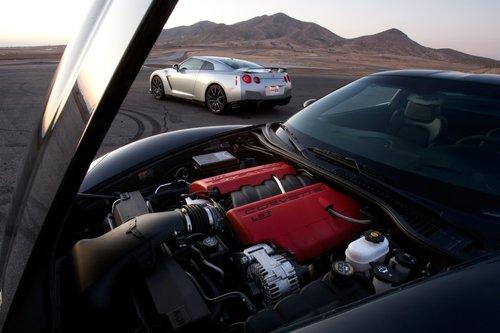 Два разных способа добиваться одного и тогоже: умопомрачительная скорость напрямых участках и насерпантине. Мы предпочтем CorvetteZ06. Больше энтузиазма и вовлечения водителя впроцесс управления. И этот громогласныйV8.
