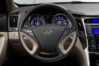 Некоторые материалы, использованные в отделке салона Hyundai Sonata невысокого качества, включая обшивку рулевого колеса.