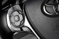 Рулевое колесо Toyota Camry оснащено крупными кнопками, их назначение легко угадывается.
