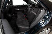 Заднее сидение просторно во всех отношениях, хотя фиксированные подголовники могут затруднить установку детского автомобильного кресла.