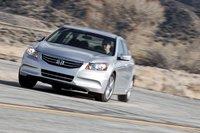 В поворотах Accord так же держится уверенно, и у него великолепный руль — возможно, лучший среди тех, что можно сегодня обнаружить в больших переднеприводных автомобилях.