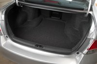 Объем багажника небольшой (416 литров), хотя он не менее функционален, чем багажные отделения других участников нашего сравнительного теста. Хотя спинка заднего сидения, складывающаяся по схеме 60/40, не помешала бы.