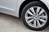 У Accord EX 17-дюймовые колесные диски. Всесезонные покрышки Michelin никак не помогают машине ни тормозить, ни разгоняться.