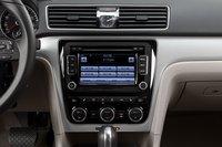 Двухзонный климат-контроль несколько сложен в использовании, а вот управление аудиосистемой проблем не вызывает.