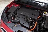 Двигатель объемом 2,4 л с системой прямого впрыска работает плавно, но его мощности явно недостаточно, чтобы достойно нести все 1633 кг Chevrolet Malibu.