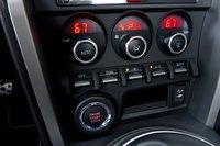 Двухзонный климат-контроль в машине, размер которой таков, что и одного много, выглядит смешно.