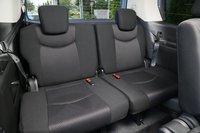 Центральное сиденье на третьем ряду имеет трехточечный ремень безопасности, который опускается с потолка. Подголовником центральное сиденье не оснащено.