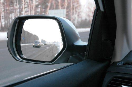 В отличие от салонного, боковые зеркала дают отменный обзор назад, к тому же особо не мешают и боковому обзору