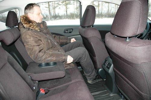 Даже с полностью отодвинутым назад передним креслом, для коленей сзади сидящего остается достаточно места