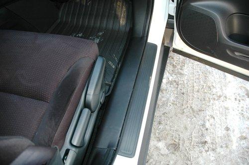 Пороги в зоне передних дверей «подрезаны», что снижает вероятность запачкать одежду
