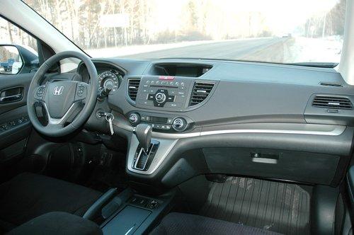 Передняя панель — симбиоз американского стиля и нового дизайна интерьеров Honda. К качеству сборки претензий нет, но мягкого пластика могло быть и побольше