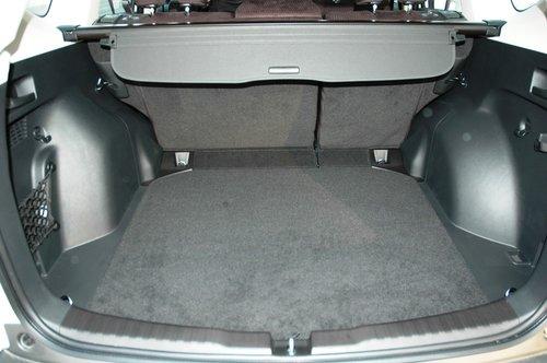 Отличительная черта почти 600-литрового багажника — его высота между уровнем пола и складной защитной шторкой, а также широкий проем, позволяющий без труда грузить габаритный груз