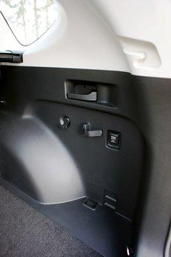 По бортам багажника предусмотрены сетчатый карман для мелочевки, держатель для огнетушителя, дополнительная электророзетка, а также удобные ручки для складывания заднего дивана