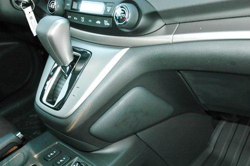 Прилив селектора трансмиссии по бокам обзавелся мягкими накладками-подушечками, защищающие ноги водителя и переднего пассажира от контакта с жестким пластиком центральной консоли
