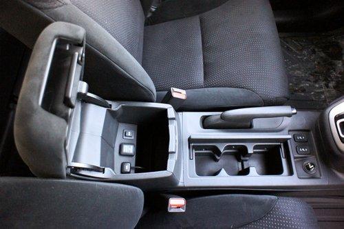 Между передними креслами разместился тройной бокс-подстаканник скрышкой, а также большой вещевой бокс, в котором спрятаны USB-разъем, AUX-вход и дополнительная электророзетка