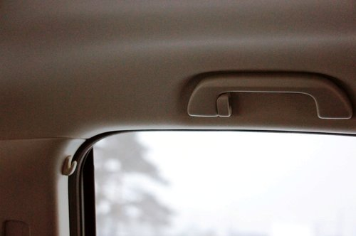 Над проемом задних дверей предусмотрены дополнительные крючки для одежды: по одному интегрировано в потолочные ручки, и еще по одному — в верхней части центральных стоек