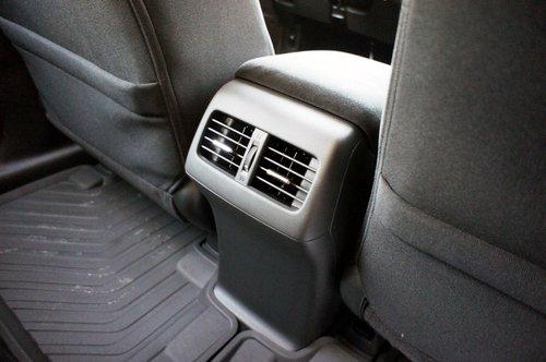 Дополнительные дефлекторы обдува для задних пассажиров расположились между передними креслами: в условиях русской зимы их наличие лишним не будет