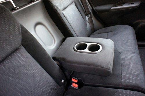 Два подстаканника в откидном подлокотнике заднего дивана — то немногое, что доступно для удобства задних пассажиров