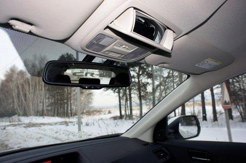 К обзорности через наружные зеркала претензий не возникло. А вот во внутрисалонное зеркало сектор обзора невелик, да и поднятый центральный подголовник снижает площадь обзора еще сильнее. Но зато в очешнике есть панорамное «родительское» зеркало