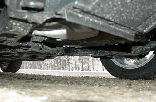 Уменьшенный до 170 мм клиренс измеряется до балки переднего подрамника, который, хотя бы, расположен заметно ниже поддонов двигателя и коробки. Кроме того, можно установить дополнительную стальную защиту моторного отсека, но только за дополнительную плату, как аксессуар