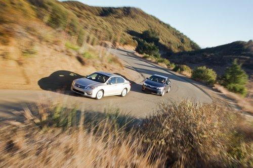 Honda Accord полностью обновили для 2013 модельного года, а Camry была капитально переделана в 2012-м, так что настало время сражения.