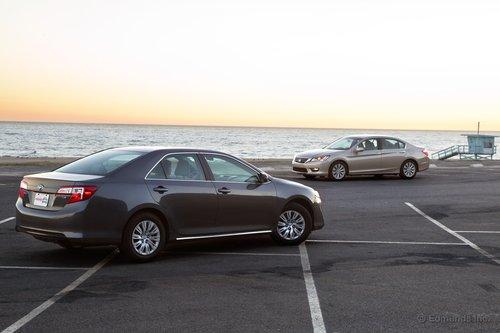 Camry LE за $23925 имеет ценовое преимущество перед Accord EX, который стоит $26195, хотя при этом она лишена первоочередных составляющих — литых колесных дисков.