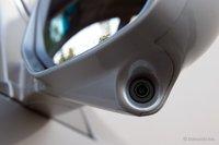 Камера LaneWatch — крохотная, монтирована на зеркале заднего вида со стороны пассажира.
