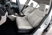 Тонкую велюровую обивку довольно сложно содержать в чистоте, но это никоим образом не сказывается на удобстве водительского сиденья. Оно предлагает намного больше поддержки, чем сиденье Camry.