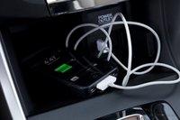 Глубокий карман под центральной консолью очень удобен для хранения проводов для вашего iPhone.
